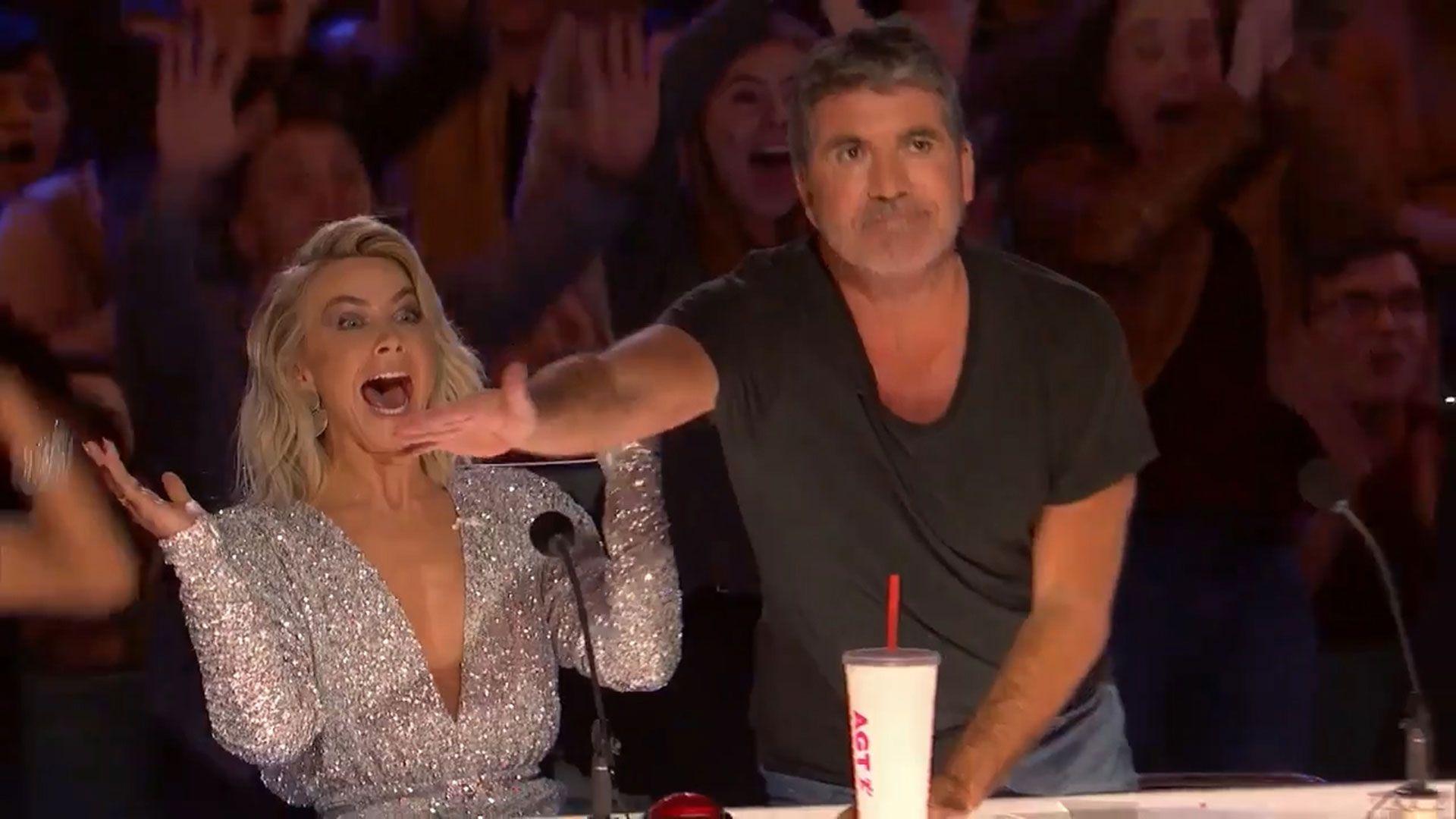 Simon Cowell slår på knappen i begeistring.