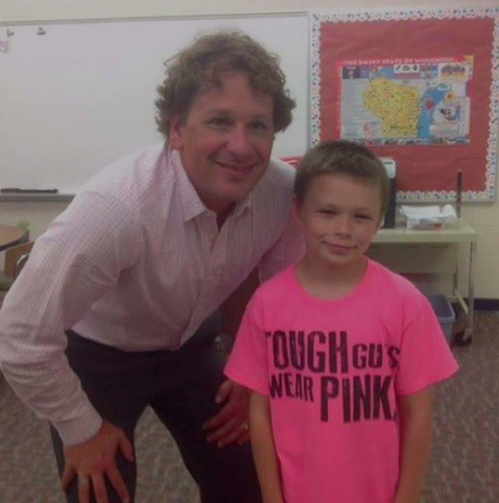 Gutten blir mobbet for sin rosa skjorte. Men det læreren